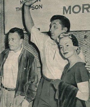 """Stanley Kramer, Bob Mitchum und Olivia de Havilland in """"... und nichts als ein Fremder"""""""