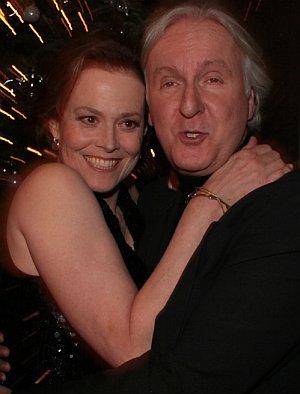 Sigourney Weaver umarmt Erfolgsregisseur James Cameron