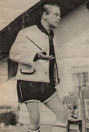 O.W. Fischer vor seinem Haus in Tirol