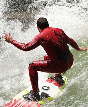 Surfen am Eisbach ist Abenteuer und Action