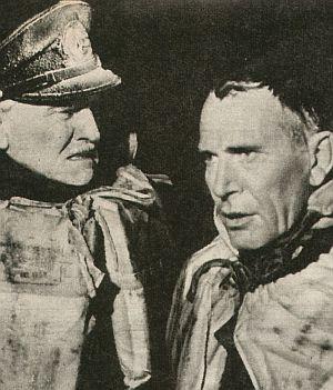 Die beiden Kapitäne (Peter Voß, Carl Lange) überleben den Untergang