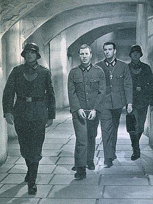 Baranowski (Hansjörg Felmy) auf dem Weg in seine Zelle
