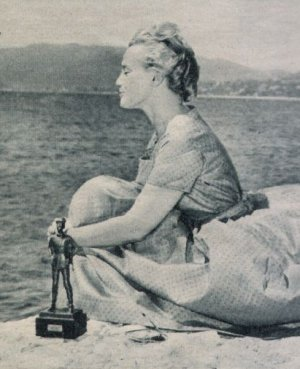 Maria Schell am Meer mit dem belgischen Filmpreis Ulenspiegel