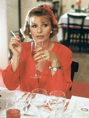 Monas (Senta Berger) neues Lieblingsgetränk: Kir Royal - rot, prickelnd, süß und teuer