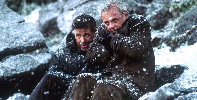 """Alec Baldwin und Anthony Hopkins in """"Auf Messers Schneide - Rivalen am Abgrund"""" (The Edge, 1998)"""