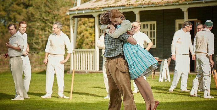 "Billy Howle & Saoirse Ronan in ""Am Strand"" (On Chesil Beach, 2017)"