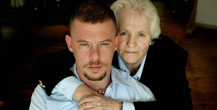 """Alexander McQueen mit Mutter Joyce (""""Alexander McQueen - Der Film"""" 2018)"""