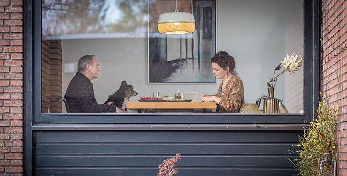 """Martina Gedeck & Ulrich Tukur in """"Und wer nimmt den Hund?"""""""