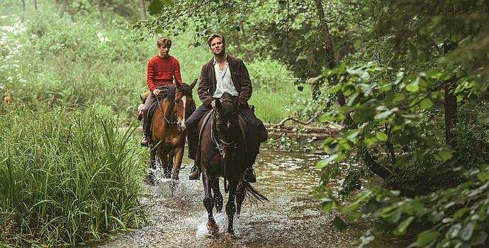 """Tobias Santelmann (vorn) & Jon Ranes in """"Pferde stehlen"""" (""""Ut og stjæle hester"""", 2019)"""