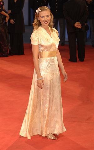 Schauspielerin Scarlett Johannson präsentiert sich in angemessener Abendrobe bei den Filmfestspielen in Venedig 2006.
