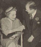 Marlene Dietrich mit dem Journalisten Noel Whitcomb