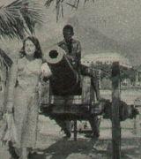Angelika Hauff vor Kanone