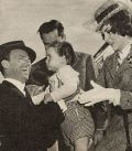 Frank Sinatra begrüßt seine Kollegin Gina Lollobrigida am Flughafen