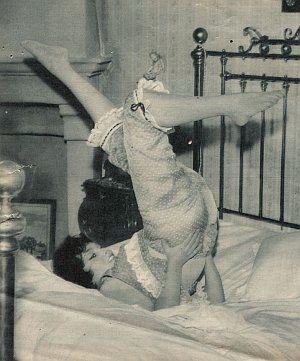 Gina Lollobrigida strampelt im Pyjama