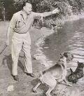 Martin Held beim Spaziergang mit seinem Hund Pitt