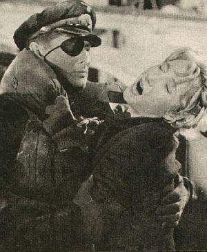 Oberleutnant Dankel (Günter Pfitzmann) will die verzweifelte Monika (Carla Hagen) retten