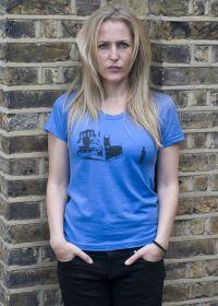 Gillian Anderson trägt Survivals T-Shirt 'Widerstand'