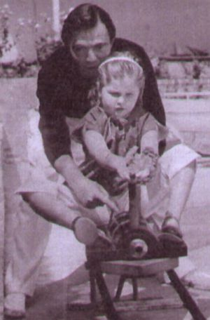 James Mason spielt mit seiner Tochter Portland