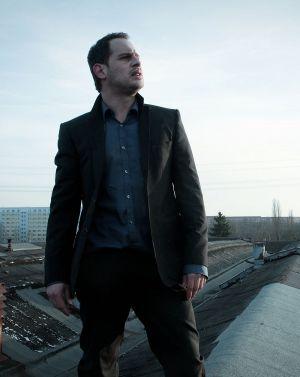 """Moritz Bleibtreu als Klatschreporter in """"Die vierte Macht"""""""