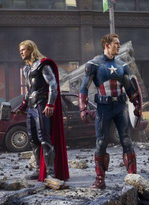 Thor (Chris Hemsworth) und Captain America (Chris Evans) auf dem Schlachtfeld