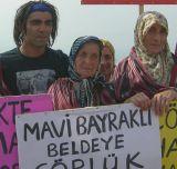 """Fatih Akin mit protestierenden Frauen in """"Der Müll im Garten Eden"""""""