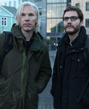 """Benedict Cumberbatch und Daniel Brühl, in """"Inside Wikileaks - Die fünfte Gewalt"""""""