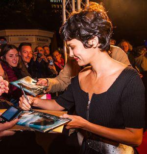 """Audrey Tautou mit Fans auf der Premiere von """"Der Schaum der Tage"""""""