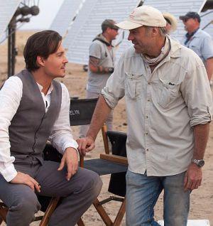 """Johnny Depp und Regisseur Wally Pfister am Set von """"Transcendence"""""""