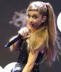 Ariana Grande bei einem Konzert im Dezember 2013