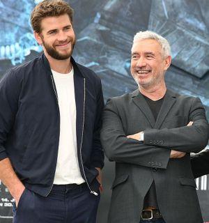 """Liam Hemsworth mit Regisseur Roland Emmerich (""""Independence Day: Wiederkehr"""")"""