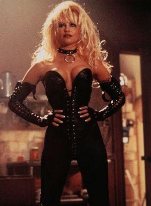"""Züchtig bekleidete Pamela Anderson als """"Barb Wire"""" (1996)"""