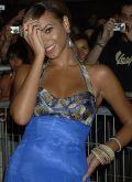Beyoncé Knowles im batikgefärbten Kleid