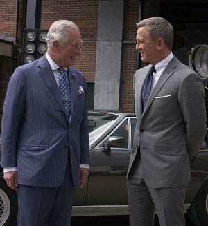 """Prinz Charles mit Daniel Craig am SET von """"James Bond 007 - Keine Zeit zu sterben"""" in den Pinewood Studios"""